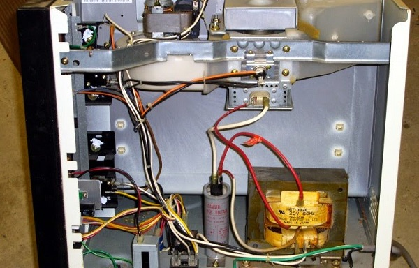 Lò vi sóng Sharp nổ cầu chỉ do ốc lỏng lẻo rò rỉ điện gây đoản mạch