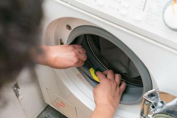 Lau khô khi máy giặt Sharp bị ngập nước