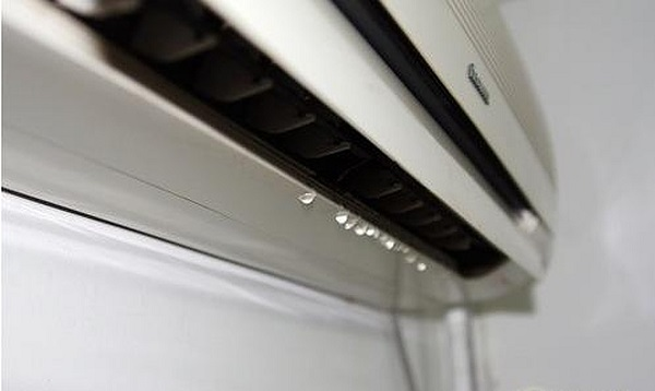 Khi thấy máy lạnh chảy rỉ nước, bạn nên xử lý ngay