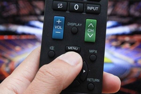 Bộ điều khiển tivi Sharp không hoạt động có phải do pin yếu không? Cách khắc phục: