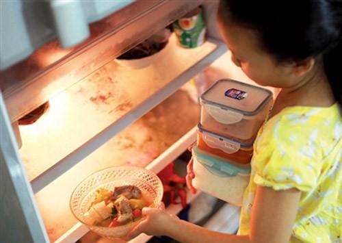 Không nên để thức ăn nóng vào tủ lạnh có thể khiến tủ lạnh bị đóng tuyết
