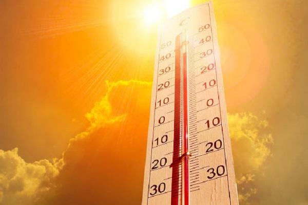 Nhiệt độ cao mùa hè sẽ khiến tủ lạnh dễ bị nóng hai bên hông
